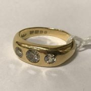 18CT YELLOW GOLD 3 STONE DIAMOND RING - TOTAL APPROX 0.90CTS