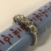18CT GOLD 5 STONE DIAMOND RING - APPROX 1.25CT