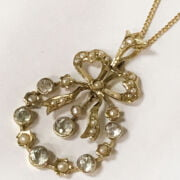 9CT GOLD PENDANT WITH PEARLS & CHAIN