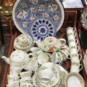 1 TRAY OF TEA SETS & 6 COFFEE CUPS & SAUCERS