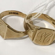 PAIR OF 9CT GOLD SIGNET RINGS - RING SIZE 'T'